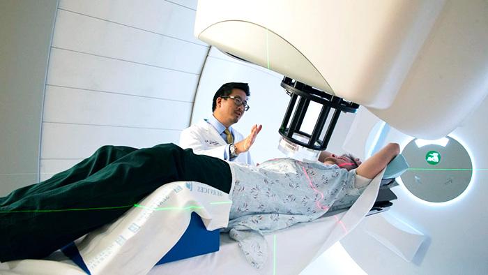 Расположение пациента во время сеанса протонной терапии при раке простаты